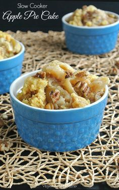 Slow Cooker Apple Pie Cake is the easy and fast to prepare. You start with yellow cake mix and add fresh apple slices. A few more ingredients and stir. easy and fast to prepare. Crock Pot Food, Crock Pot Desserts, Slow Cooker Desserts, Slow Cooker Recipes, Crockpot Recipes, Cooking Recipes, Crockpot Pie, Vegan Slow Cooker, Slow Cooker Apples