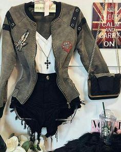 A jaqueta é linda. Combinaria super com uma saia de botão na frente. A jaqueta quebraria a meiguice da saia.