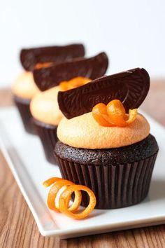Chocolate Orange Cupcakes - so decadent, but easy to make! Your guests will love these dark chocolate cupcakes. Brownie Desserts, No Bake Desserts, Just Desserts, Delicious Desserts, Dessert Recipes, French Desserts, Delicious Chocolate, Baking Cupcakes, Yummy Cupcakes