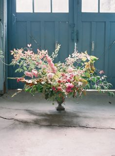 This Flower Crush Friday is dedicated to dreamy centerpieces from Tinge Floral, Without Wax Katy and more! Deco Floral, Floral Design, Floral Centerpieces, Floral Arrangements, Flower Arrangement, Floral Wedding, Wedding Flowers, Fleur Design, Bloom