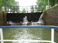 Le Canal Saint-Martin Lors de la construction de l'Écluse des Morts, on a découvert à cet emplacement un cimetière qui datait de l'époque mérovingienne. Au 15ème siècle, à 200 mètres de cette écluse, se dressait le gibet de Montfaucon