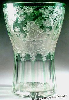 Franz Anton Pelikán,  Severní Čechy,  Meisterdorf 1830-40 c. Smaragdově zelená broušená váza s loveckými výjevy.