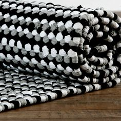 Black and white rug. Looks crocheted, not woven. Rug Loom, Loom Weaving, Knooking, Reuse Old Clothes, Knit Rug, Crochet Carpet, Painted Rug, Textiles, Floor Decor