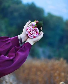 She's strong and beautiful ♥️ Hand Photography, Girl Photography Poses, Beautiful Rose Flowers, Beautiful Hijab, Stylish Girl Images, Stylish Girl Pic, Profile Pictures Instagram, Profile Picture For Girls, Islamic Girl