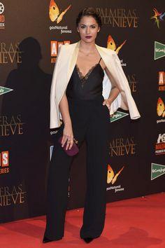 Michelle Calvó con blazer en color crudo y pantalones palazzo de Kocca.
