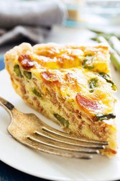 Easy & delicious this ASPARAGUS BACON QUICHE is full of flavor. And a gorgeous recipes to serve for breakfast or at brunch. Breakfast Quiche, Savory Breakfast, Breakfast For Dinner, Breakfast Casserole, Breakfast Cookies, Asparagus Quiche, Asparagus Bacon, Bacon Quiche, Frittata