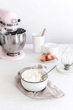 SMBC ou CBMS, pour tous les adeptes des layer cakes, des super toppings et autres décorations à la douille, cette recette est parfaite pour vous ! Mais SMBC c'est quoi ? Swiss Meringue Buttercream, et en Français «Crème au beurre à la meringue Suisse» (CBMS). C'est une crème à base de beurre, qui est à...