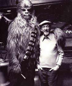 Irvin Kershner y Peter Mayhew en el set de Star Wars: Episodio V - The Empire strikes back, Star Wars I, 1980's Movies, Films, Princesa Leia, Fanart, Episode Iv, Star Wars Pictures, The Empire Strikes Back, Love Stars