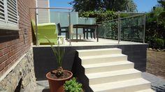 Ideas de #Casas de #Porche, #Escalera, #Terraza, estilo #Moderno diseñado por Inmogestiona Arquitecto Técnico con #Vidrio #Barandillas #Peldaños #Suelos #Baldosas  #CajonDeIdeas http://planreforma.com/es/