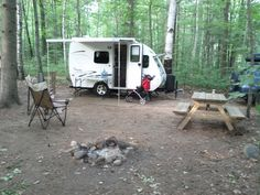 Installé dans un camping Recreational Vehicles, Camping, Gypsy Wagon, Profile, Campsite, Campers, Rv Camping, Motorhome
