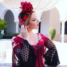 📸😍Nueva Colección Flamenca 2018 de #BlancoAzahar. Colección de #FloresÚnicas acompañadas de #peinecillos de #FlordeJazmíndestacando los… Floral, Crown, Jewelry, Dresses, Fashion, Hydrangea Corsage, Orange Blossom, Carnations, New Trends