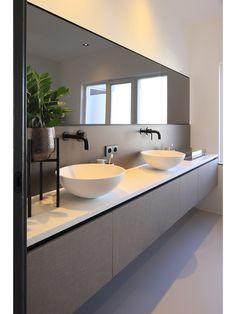 Wastafelmeubel met Hi-macs blad, waskommen en spat House Bathroom, Bathroom Styling, Bathroom Interior, Small Bathroom, Farmhouse Style Bathroom Decor, Bathrooms Remodel, Bathroom Farmhouse Style, Shabby Chic Bathroom, Modern Bathroom Design