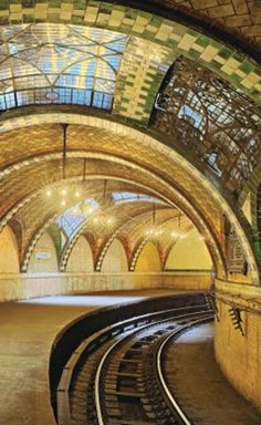New York City Hall's Abandoned Subway Station http://whenonearth.net/alight-new-yorks-city-hall-subway-station/