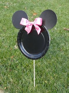Minnie mouse party decorations: add spray glitter to make them sparkle in the sun! Dinner plate for head and cake plates for ears. Mickey Mouse Bday, Theme Mickey, Mickey Party, Mickey Mouse Birthday, Elmo Party, Minnie Mouse Party Decorations, Mouse Parties, Lawn Decorations, First Birthday Parties
