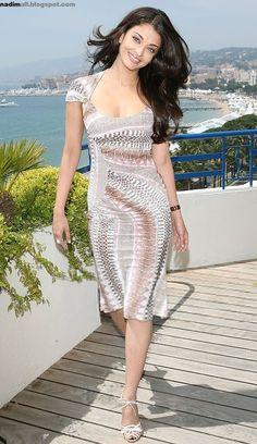 Aishwarya Rai during the International Cannes Film Festival Photo Shoot at the Hotel Martinez rooftop on May 2006 Aishwarya Rai Photo, Actress Aishwarya Rai, Aishwarya Rai Bachchan, Mangalore, Indian Celebrities, Bollywood Celebrities, Bollywood Fashion, Beautiful Bollywood Actress, Beautiful Actresses