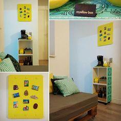 Qualquer cantinho da casa pode ser aproveitado! Este móvel revestido com tecido (ex 2 nichos de parede kkk) foi umas das primeiras postagens que fiz aqui no insta. Ele ficava na nossa cozinha mas eu não estava feliz com ele lá. Agora ele ganhou vida na nossa sala com utensílios para um gostoso café / chá, junto com o nosso painel de imãs dos lugares que viajamos. #handmade #myyellowbox #decoração #casa #sala #cristaleira #euquefiz