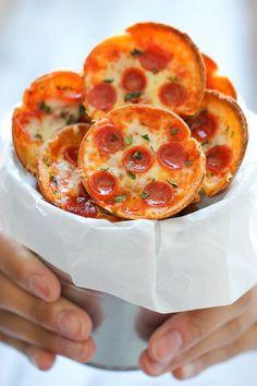 ミニサイズのピザはカリカリに焼き上げるとスナックのように。これなら冷めても美味しくいただけます。