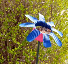 Tin Can Flowers - Kids and adults can work together to make this pretty and eco-friendly garden craft. Cute little bird feeder! Tin Can Flowers, Metal Flowers, Recycled Tin Cans, Recycled Crafts, Recycled Materials, Make A Bird Feeder, Bird Feeders, Tin Can Crafts, Crafts For Kids