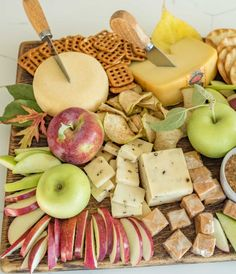 How to make a simple fall apple and cheese board that is perfect for snacking, an appetizer, parties, or just a slow evening in. Charcuterie And Cheese Board, Charcuterie Platter, Cheese Boards, Fall Appetizers, Appetizer Recipes, Meat Appetizers, Appetizer Ideas, Vegetarian Appetizers, Food Platters