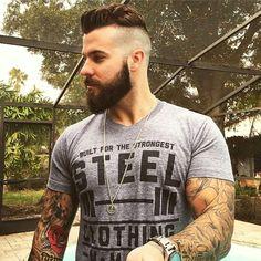Hombre musculoso con corte hipster y barba