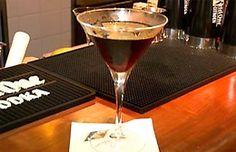 Manhattan: Mixólogo do Bar Astor ensina a preparar o Manhattan, drinque feito com vermute, whisky e angostura. Assista ao vídeo.