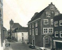 De Romolenstraat met het Kritzraedhuis op de hoek met de Plakstraat in de jaren 60 hoek Brandstraat in 1972