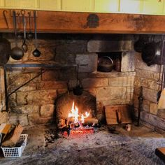 Old school kitchen fireplace/oven Primitive Fireplace, Rumford Fireplace, Rustic Fireplaces, Stove Fireplace, Kitchen Fireplaces, Old Kitchen, Rustic Kitchen, Log Cabin Living, Rustic Stone