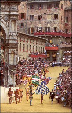 Palio di Siena - Il corteo storico parte dalla Piazza del Duomo nelle prime ore del pomeriggio, e si snoda per alcune vie del centro cittadino prima di sfilare nella Piazza del Campo.