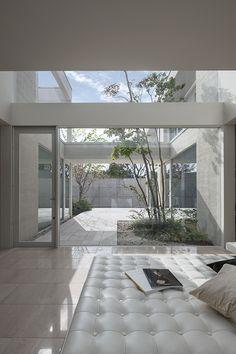 Prodigious Diy Ideas: Patio Bar Shed patio exterieur design. Indoor Courtyard, Modern Courtyard, Courtyard House, Mid-century Interior, Modern Interior Design, Interior Architecture, Interior And Exterior, Bungalows, Narrow House