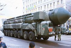 Image from http://russialist.org/wordpress/wp-content/uploads/2015/03/nuclear-missile-800-parade-e1426628733534.jpg.