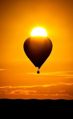 Hot Air Balloon in the Sun. I want to go hot air balloon riding! Air Balloon Rides, Hot Air Balloon, Air Ballon, Mellow Yellow, Zeppelin, Ciel, Amazing Photography, Most Beautiful Pictures, Cool Photos