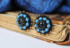 Bordado negro azul Post Pendientes perla pendientes azul Stud pendientes abalorios pendientes cristal cuentas pendientes cabujón Onyx hecho para  Pequeño negro - azul bolas bordados pendientes, regalo perfecto para ella  Pendientes con cuentas de fieltro con mostacillas de Japón, azul Cabuchones de vidrio perlas checas, negro en el centro, parte trasera forrada en gamuza ultra  Medida: Diámetro 2,4 cm (1)  Un broche que empareja…