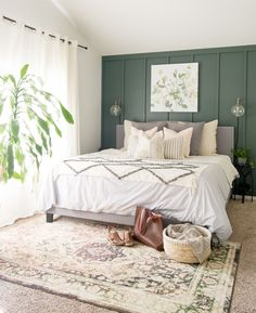 Have you ever wondered how to layer bedding to acheive a certain style? Here are three easy tips for styling classic modern farmhouse bedding. - 3 Tips for Styling Modern Farmhouse Bedding Bedroom Green, Small Room Bedroom, Bedroom Colors, Home Decor Bedroom, Bedroom Furniture, Small Rooms, Diy Bedroom, Bedroom Storage, Girls Bedroom