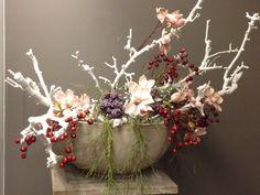 Witte decoratietakken en zijde bloemen met bessen. Verkrijgbaar op webshop www.decoratietakken.nl