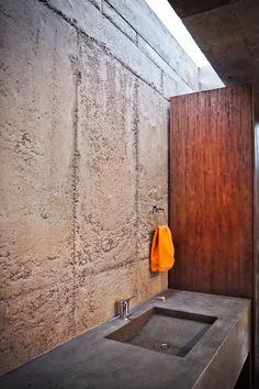 el quinche house: felipe escudero sculpts concrete haven in ecuador