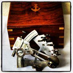 Stylowy mosiężny sekstant kapitański w drewnianej skrzynce, morski symbol, żeglarski prezent, marynistyczny upominek, żeglarski wystrój wnętrz, morski styl, stylowy nautyk, $110