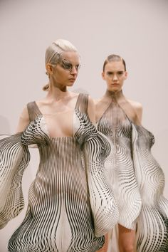 Youth and pop culture provocateurs since Fearless fashion, music, art, film, politics and ideas from today's bleeding edge. Women's Runway Fashion, 3d Fashion, Fashion Details, Women's Fashion Dresses, Fashion Models, High Fashion, Fashion Design, Fashion Vintage, Fashion 2020