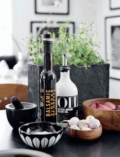 Monochrome home with a charming eclectic style - Nordic Design Kitchen Store, Kitchen Nook, Kitchen Dining, Kitchen Decor, Dining Rooms, Kitchen Ideas, Bathroom Styling, Kitchen Styling, Sol Sombre