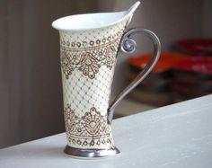 Über das große Interesse für größere Tassen habe ich ein neues mit mehr Flüssigkeit zu halten. Über das Menü können Sie eine Größe auswählen. Die kleine Tasse ist 6oz. Die große Tasse ist 11oz. Auf dem zweiten Bild sehen Sie den Unterschied zwischen der Größe der zwei Tassen. Alle meine Artikel sind Mikrowelle und spülmaschinenfest.  Teetasse oder Kaffee Tasse mit roter Dekoration handgemachte Keramik mit verglasten Deckel.  Dies ist die perfekte Tasse für Ihre Morgen heißen Kaffee oder Tee…