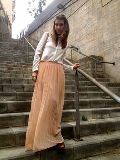 MisstrendyBarcelona Outfit  falda plisada romántico  Primavera 2012. Combinar Camisa-Blusa Blanca Zara, Falda Beige Pull