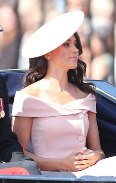Meghan Markle Makes Trooping the Colour Debut with Husband Prince Harry!: Photo Meghan, Duchess of Sussex (aka Meghan Markle) and her new husband Prince Harry, Duke of Sussex ride in a carriage together during the Trooping the Colour ceremony… Estilo Meghan Markle, Meghan Markle Stil, Meghan Markle Dress, Prinz Harry Meghan Markle, Meghan Markle Prince Harry, Prince Harry And Megan, Princess Diana Family, Princess Meghan, Prince And Princess