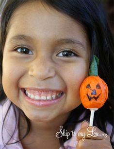 Make this cute tootsie pop pumpkin for a Halloween party treat or favor #halloween #party #howto