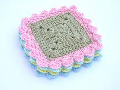 He encontrado este interesante anuncio de Etsy en https://www.etsy.com/es/listing/281786774/crochet-square-coasters-pattern-crochet