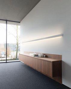 Led retilineo e móvei simplista e altamente funcional no meio da sala.