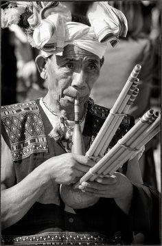 Bagpipes style wind instrument being played in Kohima. Kohima is a 7.7 square mile town in India, in the land of the Angami Naga tribe. The name, Kohima, was officially given by the British as they could not pronounce the Angami name Kewhima. Info by Manglen Singson: INSTRUMENTS FOR JOY - https://www.pinterest.com/DianaDeeOsborne/instruments-for-joy/ - This is a #Gosem, which means bamboo pipe. It's one of the musical instruments of the Thadou-Kuki tribe of Nagaland. #WORLD #UNIQUE…