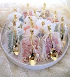 Organza bag favor bags, diy ideas for weddings. Adorable bridal shower favors - packs of tea with a gold teaspoon