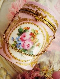 reminds me of the stuff we paint in my china painting class Shabby Chic Blog, Vintage Shabby Chic, Antique China, Vintage China, Antique Boxes, Pretty Box, China Painting, Tiny Treasures, Vintage Perfume