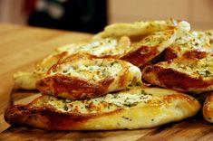 Peynirli Mini Pideler - Ardanın mutfağı Greek Cooking, Cooking Time, Turkish Delight, Turkish Recipes, Bread Rolls, Vegetarian, Snacks, Dishes, Breakfast