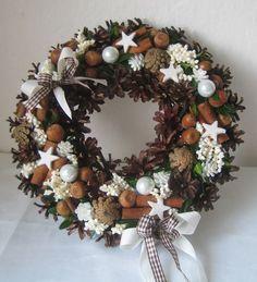 Adventní věnec na dveře 6 Burlap Christmas, Christmas Love, Christmas Holidays, Christmas Ornaments, Holiday Wreaths, Holiday Crafts, Decor Crafts, Diy And Crafts, Xmas Decorations
