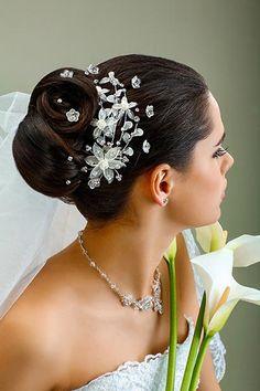 Chignon mit Kristall-Curlies und zartem Schleier | Hochzeitsfrisuren - Brautfrisuren mit Schleier und Diadem